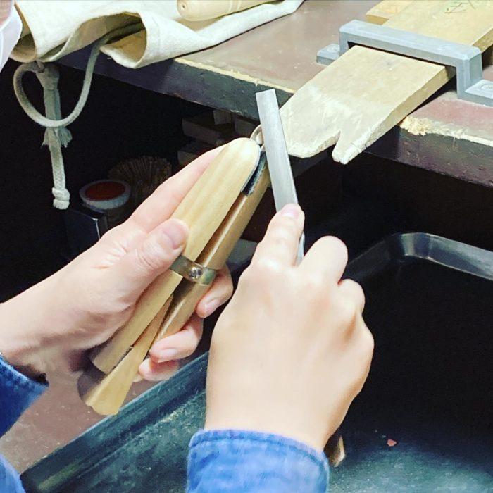 ジュエリーをつくろうジュエリーつくりはヤスリがけが重要思いの角度でスリ出せるcraftsmanship#彫金教室 #ジュエリーすきと繋がりたい