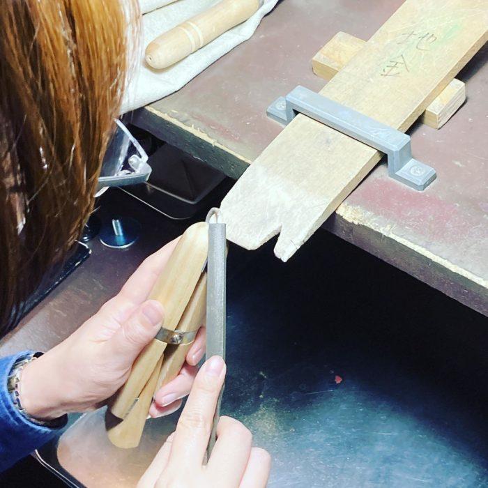 ジュエリーをつくろう小さなジュエリーは持具と拡大鏡を使うと精度高くスリ出せるcraftsmanship#彫金教室 #ジュエリー好きな人と繋がりたい