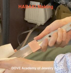 彫金工房で刀のハバキを製作している動画です。