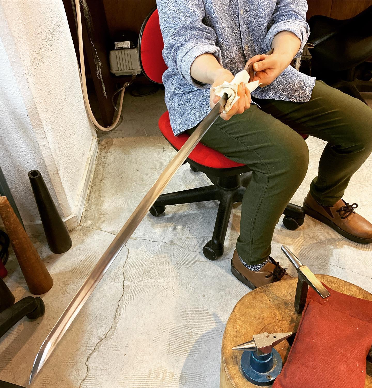 日本刀のハバキを挿げかえ銅で刃にそわせる形を密着させる。伝統を受け継ぐもの