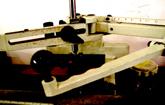 平面彫刻機ペンダント、プレートにブロック体、筆記体等で彫刻できます。