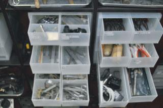 すり板、糸鋸フレーム、やっとこ、ピンセット、金管ばさみ、など、細かい工具
