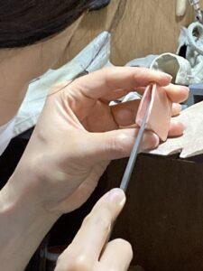 彫金教室でハバキ制作を行っている風景